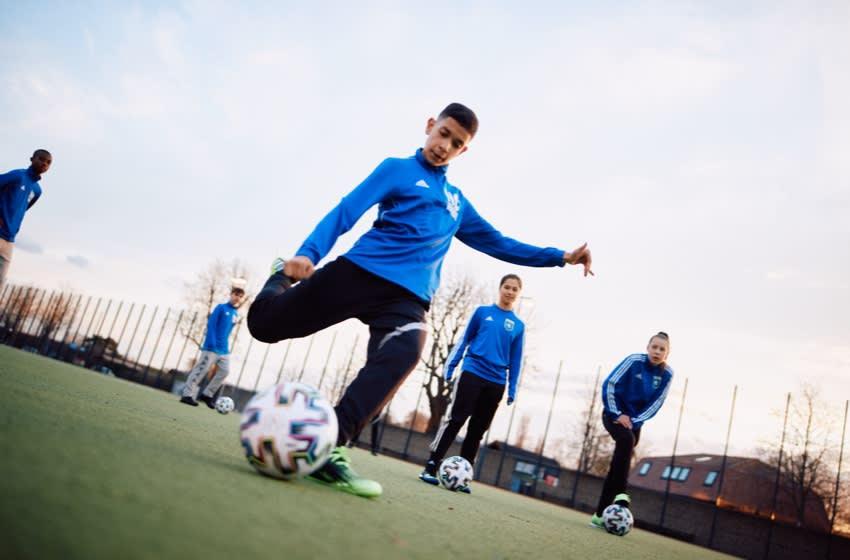 FC Internationale Berlin gioca con il pallone all'interno del campo di allenamento outdoor.