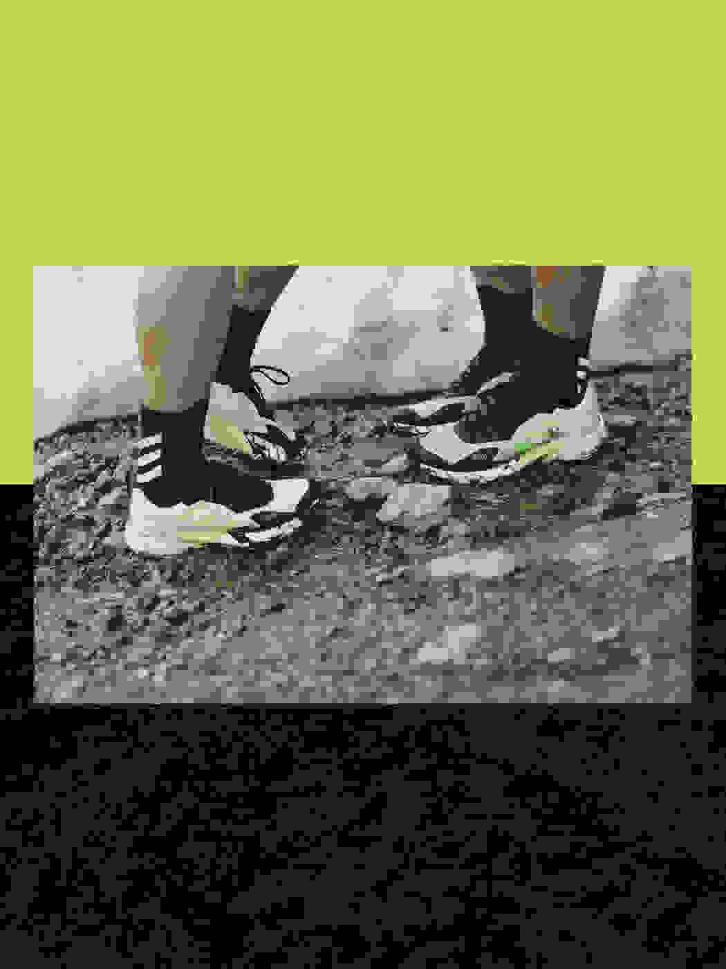 Athletes wearing the Agravic Ultra on moutain terrain